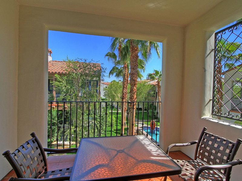 An Upstairs Studio Legacy Villa with a King Bed and Private Balcony, holiday rental in La Quinta