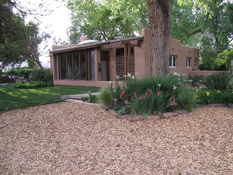 2 Bedroom, Artist's Beautiful Valley Adobe on Sheltered Compound, holiday rental in Albuquerque