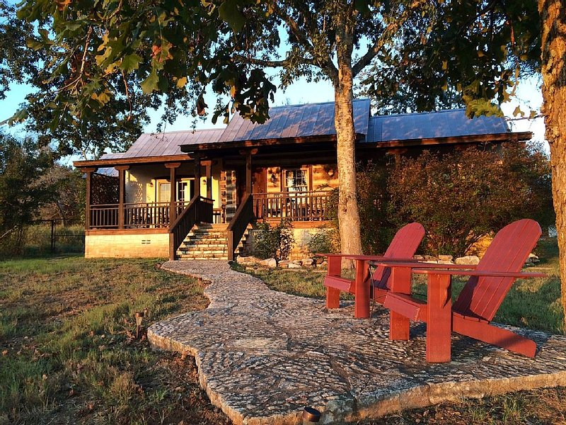 Wild Wing Cabin - Private Luxury 5 Minutes from Downtown Fredericksburg, casa vacanza a Willow City
