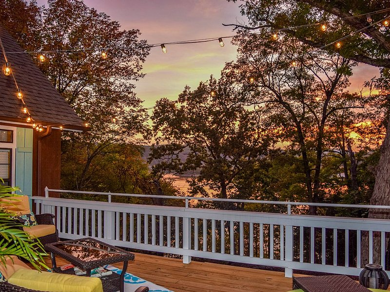 On the Rocks Cottage. Lakefront, Pet-Friendly. Sleeps 16. Bunkhouse. Free Wifi, vacation rental in Eagle Rock