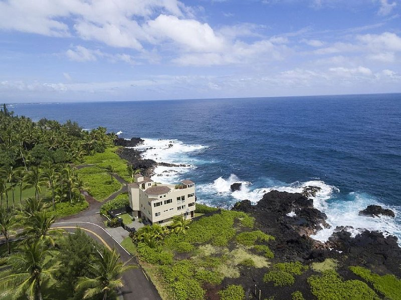 Ocean front property with crashing waves and coastline views for miles, vacation rental in Kapoho