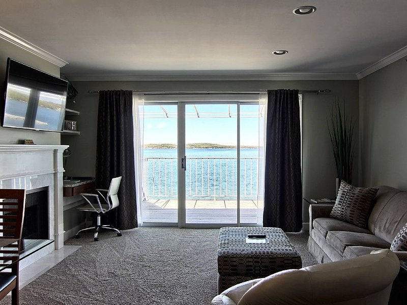 Gorgeous Remodeled 1BR Beachfront Condo on Lake Charlevoix!, location de vacances à Boyne City