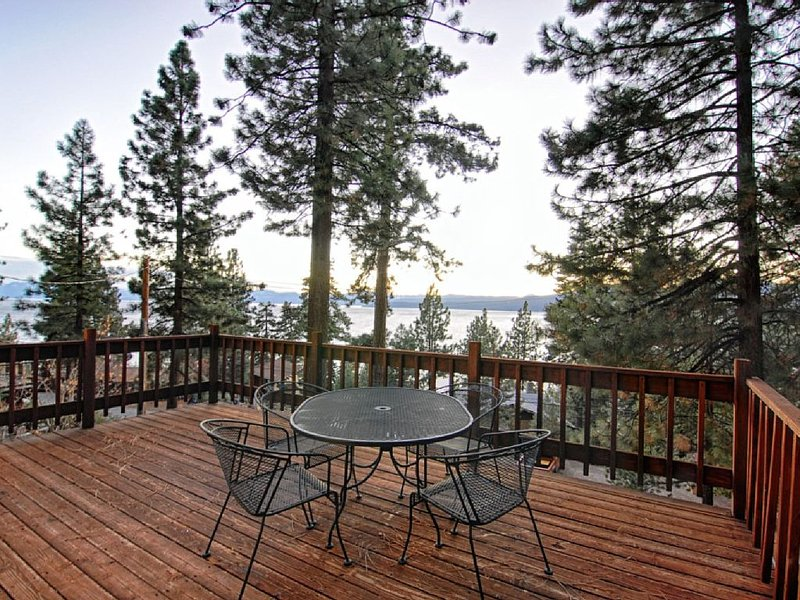 Close to slopes & casinos! 2 gas fireplaces, lake views! Sleeps 6, vacation rental in Kings Beach