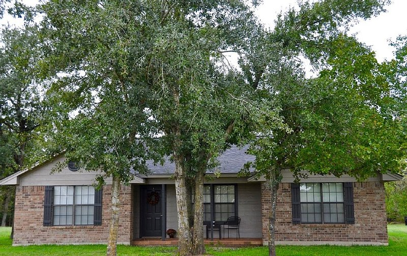 Waterfront Retreat Located in Aggieland 12 minutes from Kyle Field, holiday rental in College Station