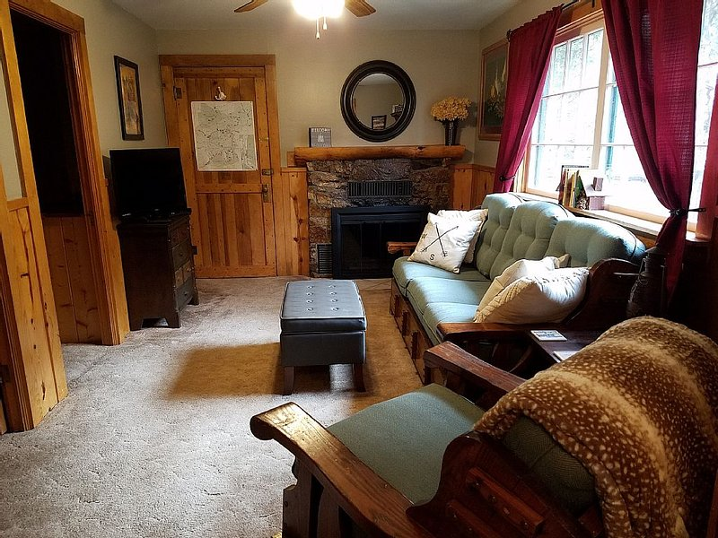 Mountain side cabin! Nice deck, great views, quiet retreat, newly updated!, holiday rental in Red River