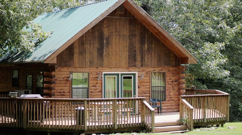 Beautiful Log Cabin Sleeps 6, 1/4 mile from White River  Public Boat Launch!, aluguéis de temporada em Salesville