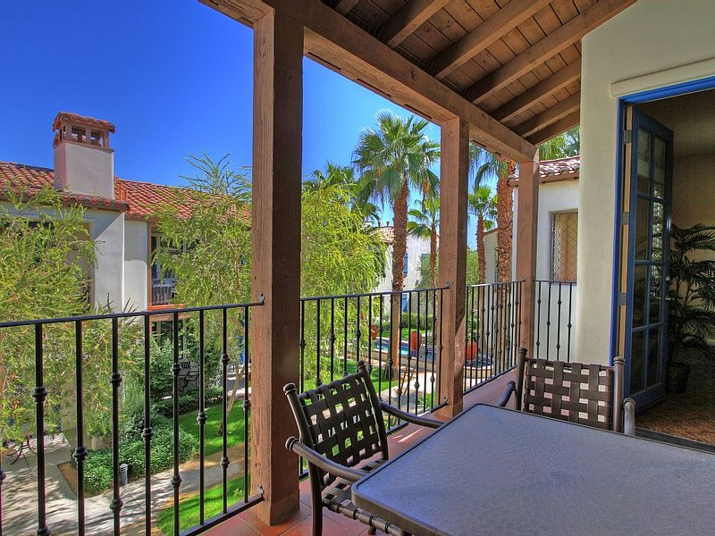 An Upstairs One Bedroom Legacy Villa with a Fountain View, holiday rental in La Quinta
