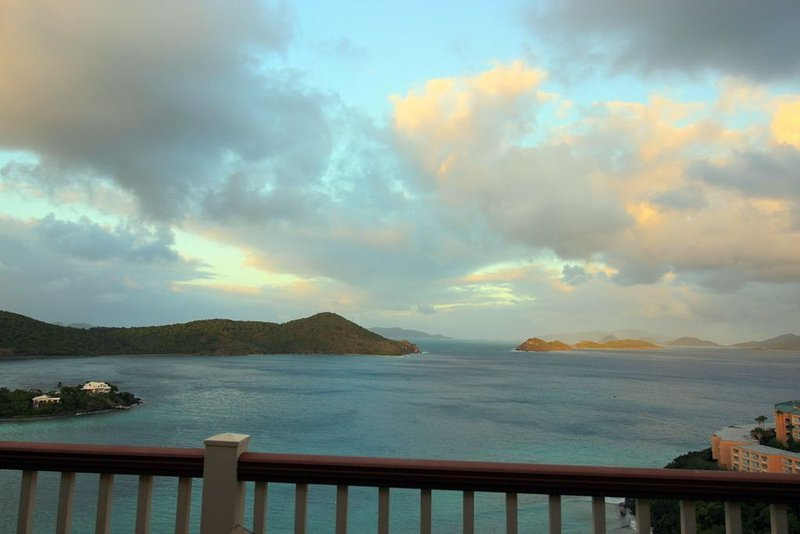 Luxury 2 BR, stunning hilltop views. Lower $ avail. for longer stays. D19, Ferienwohnung in Smith Bay