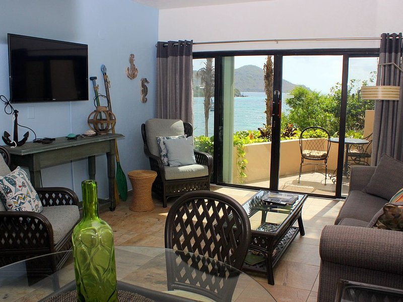Waterfront, pool front, great views. Lower $ available for longer stays. F10, vakantiewoning in Tutu