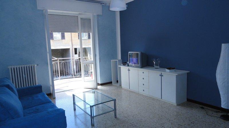 Luminoso appartamento, ottima posizione tra lago e montagna, ideale per famiglie, vakantiewoning in Verbania