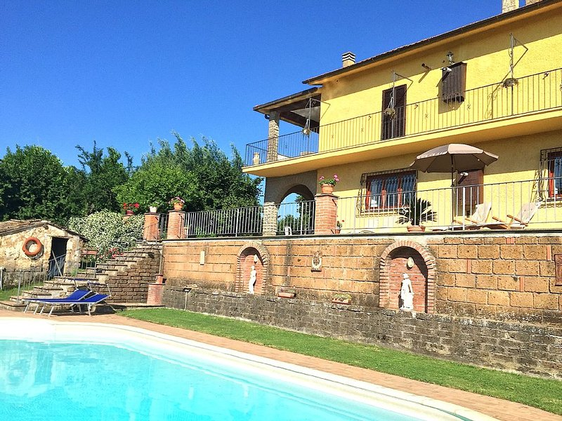 Lovely spacious villa with large pool and panoramic views near Rome/Viterbo, holiday rental in Corchiano