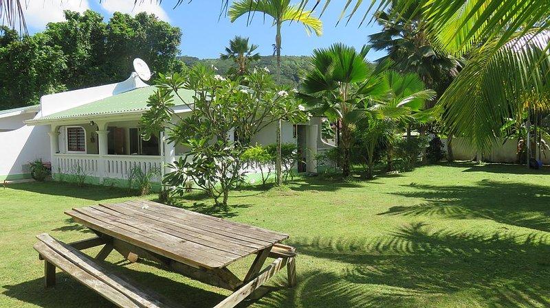 Mahé, Anse à La Mouche: Maison avec jardin,   2 chambres,2 salles de bains, wifi, location de vacances à Île de Mahé
