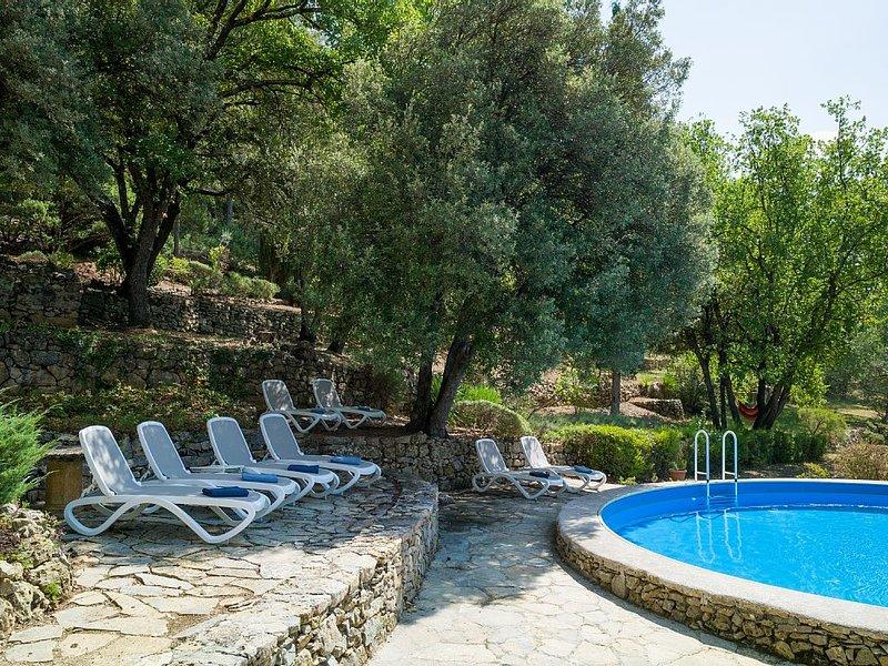 Bastide en pierre - isolée - authenticité provençale - piscine - vue imprenable, location de vacances à Lorgues