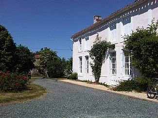 Large rural 'maison ancienne' with pool, mature garden (outside dining patio), vacation rental in Maillezais