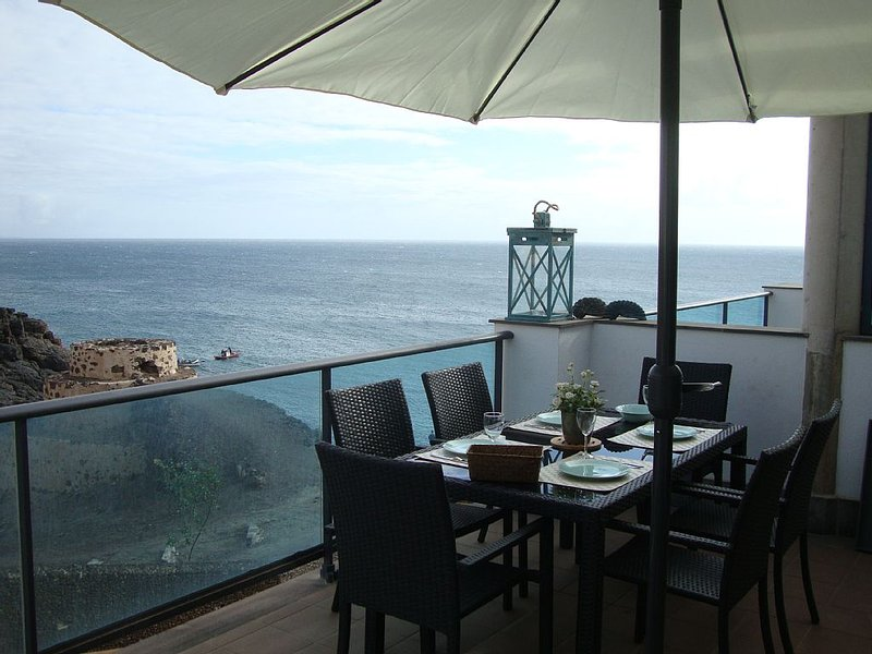 Purer Luxus auf 2 Etagen (mit Penthouse) direkt am Meer. Traumblick von 3 Terras, holiday rental in El Cotillo