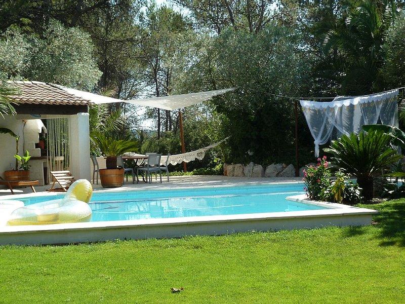 Contemporary villa with pool in Saint Clement river, aluguéis de temporada em Les Matelles