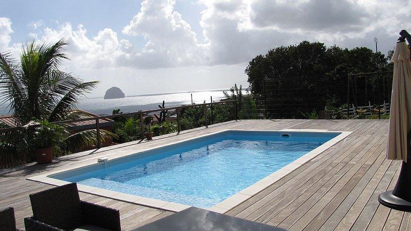 Vue sur la mer des caraïbes sur 160° et sur le rocher du Diamant, location de vacances à Le Diamant