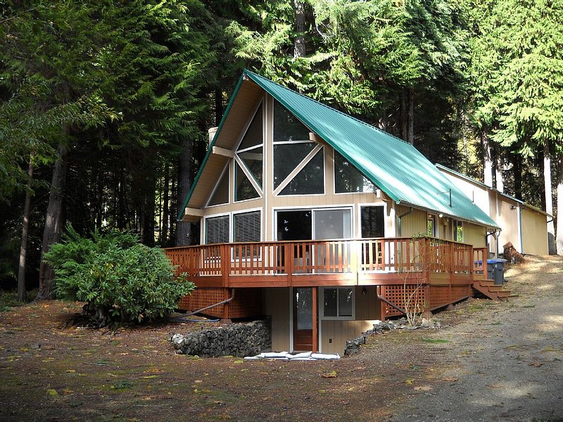 Lake & Mountain Views, Pet Friendly, Boating, Hiking & Golf, vacation rental in Hoodsport
