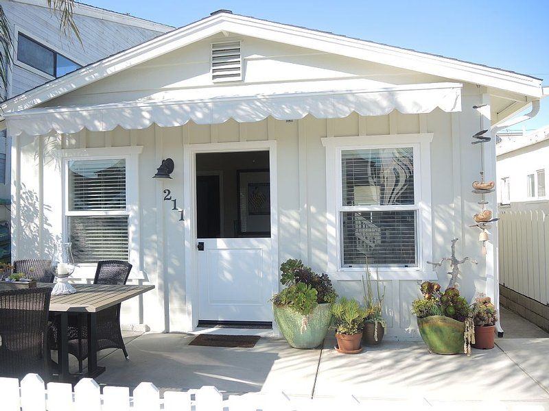 Clean Cottage for 2, Great Location! Large Patio, Cable, WiFi, Grill- VALUE!, alquiler de vacaciones en Newport Beach