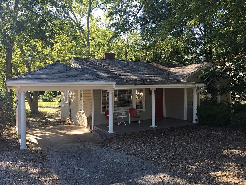 Highly Sanitized Charming Luxury Cottage on Bustling Canton St-Great Location!!!, vacation rental in Hickory Flat
