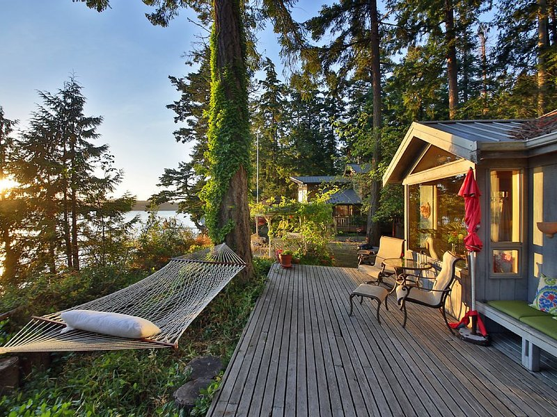 Charming Waterfront Cottage * Holmes Harbor & Sunset Views with  Private  Beach, holiday rental in Freeland