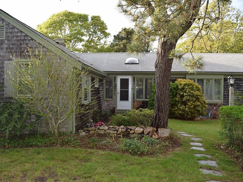 Charming And Private Cape Cod Cottage Steps To Saint's Landing Beach On The Bay, holiday rental in Brewster