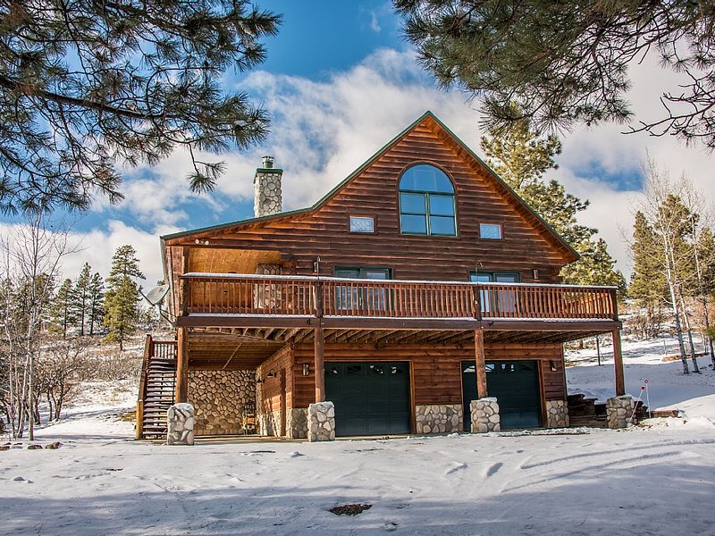 Mountain Lodge - Stunning Log Home with Mountain Views!, casa vacanza a Pagosa Springs
