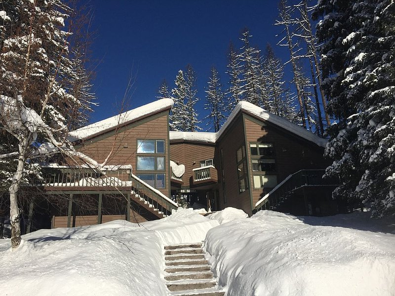Whitefish Mountain Resort, Ski In Condo, 3 Bed 2 Bath, Private Hot Tub, aluguéis de temporada em Whitefish