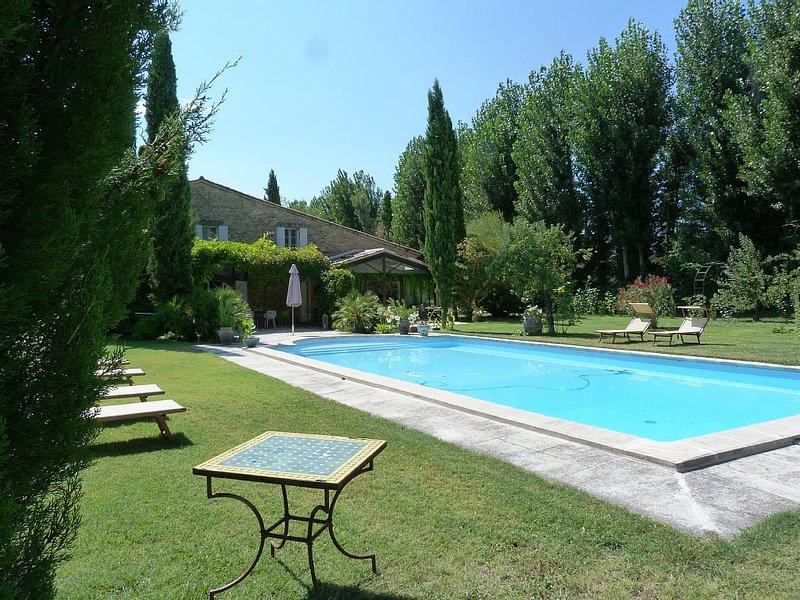 Maison de caractère, prairies, chevaux, nature, au calme, piscine chauffée, holiday rental in L'Isle-sur-la-Sorgue