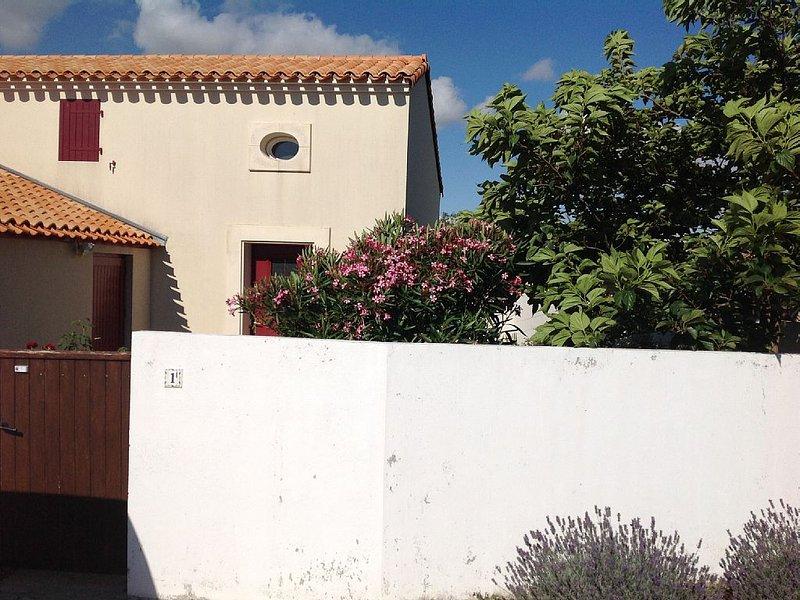 maison dans résidence privée sécurisée avec piscine, internet et vélos., holiday rental in Saint Vivien