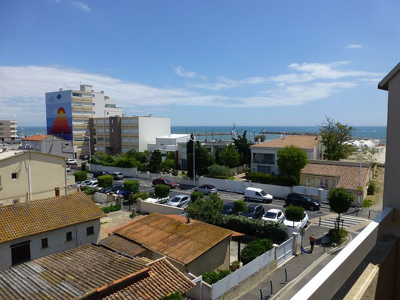 Appartement, vue sur la mer avec terrasse à 50M de la plage, grand garage, holiday rental in Mauguio