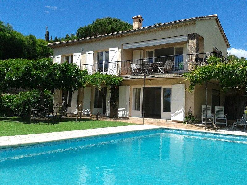 Belle villa avec piscine et vue mer, à 1km de la plage, holiday rental in Les Issambres