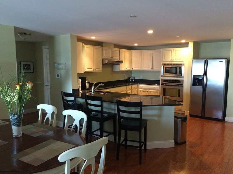 Grand Victorian Condo, 3 Bedroom, Located On The Beach, holiday rental in Old Orchard Beach