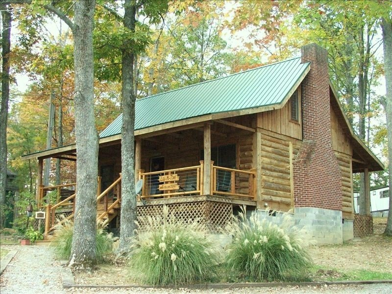 'JUST' up the Hill from Holly Creek Marina on Dale Hollow Lake, holiday rental in Celina