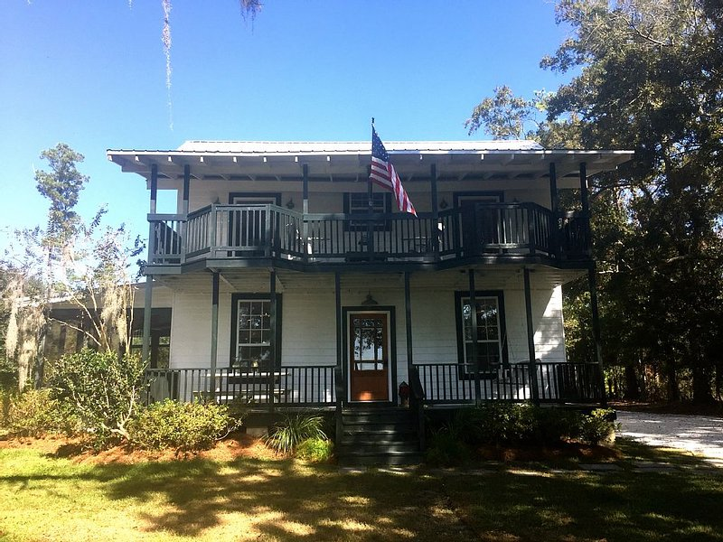 Perfect House Perfect Location, Bayou Escape 25 minutes From New Orleans, location de vacances à Lacombe