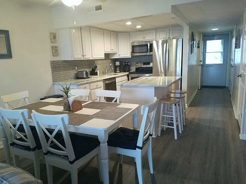 Direct Ocean Front, Mid-Town, Updated and Spacious First Floor Unit, vacation rental in Ocean City