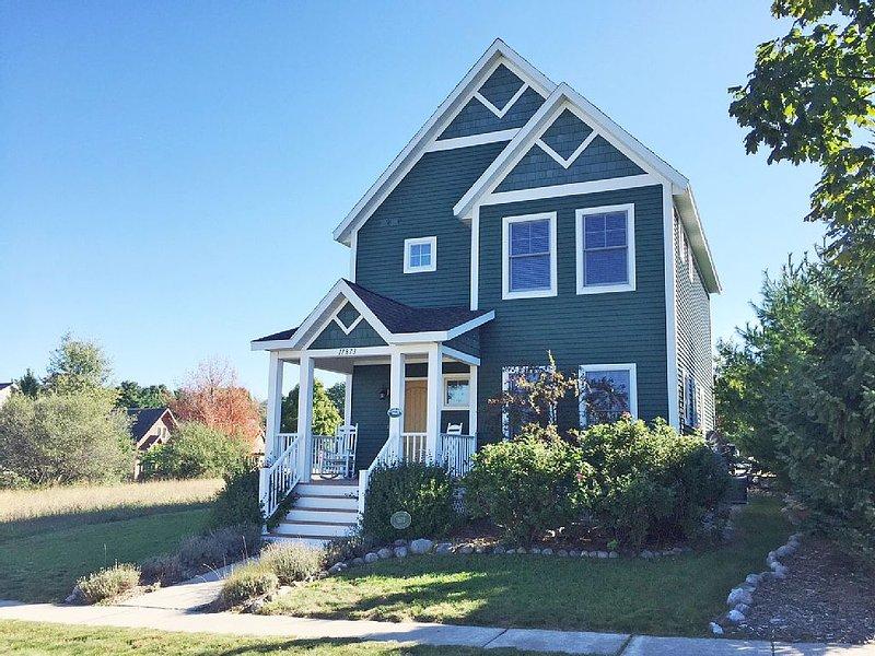 Adorable Home, Farmhouse Style Home in Empire. Just 1 mile to Lake Michigan!, alquiler vacacional en Empire