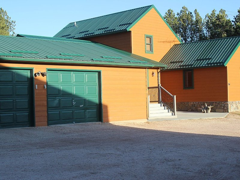 4 bedroom, 2 3/4 bath home, pet friendly home.  Sleeps 8 adults comfortably, holiday rental in Custer
