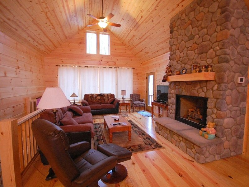 Wonderful Boyne Mountain Home, Jump on the Slopes or Relax by the Fireplace!, location de vacances à Boyne Falls