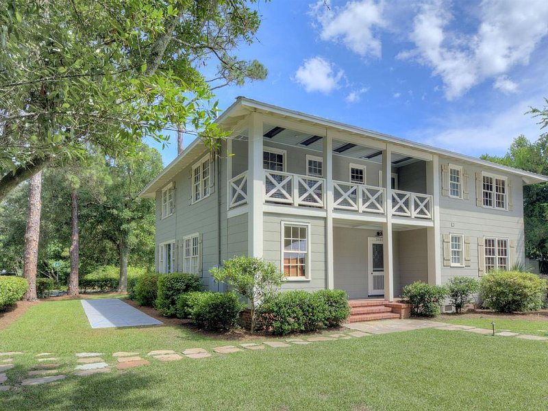 Rewind on Eleventh Classic East Beach  4 houses up from the Ocean with Pool, location de vacances à Saint Simons Island