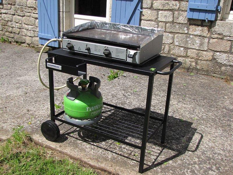 Adonnez vous à la cuisine de sud avec cette plancha ! Il y a aussi un Barbecue.