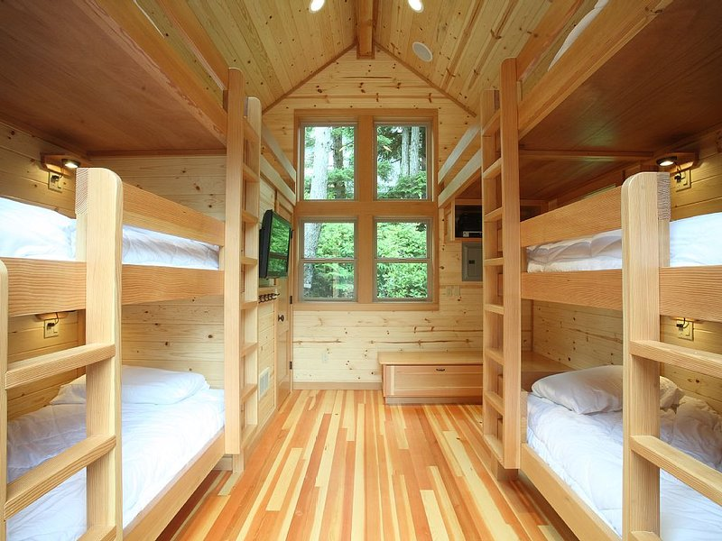 Super-Cool Bunkhouse for the kids!  Claim the main house for the adults., aluguéis de temporada em Manzanita