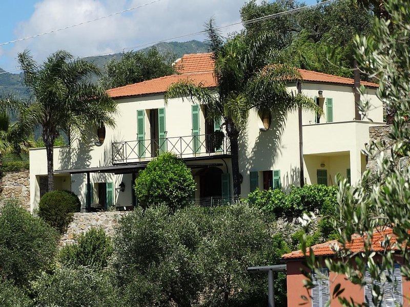 Moderne villa met verwarmd zwembad en wifi dichtbij de kust voor 8 personen, vacation rental in Torrazza