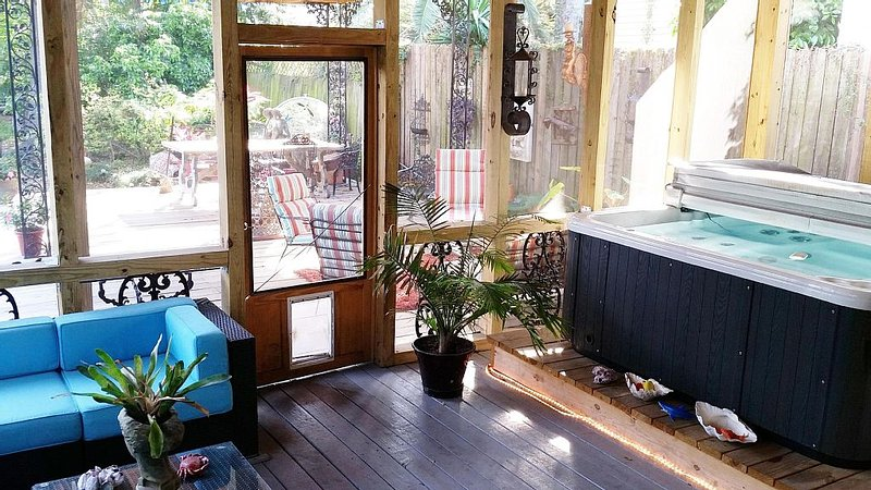 CASTLE-HUGE Courtyard w/ HOTTUB 2 BLKS TO FRCH QTR, vacation rental in New Orleans