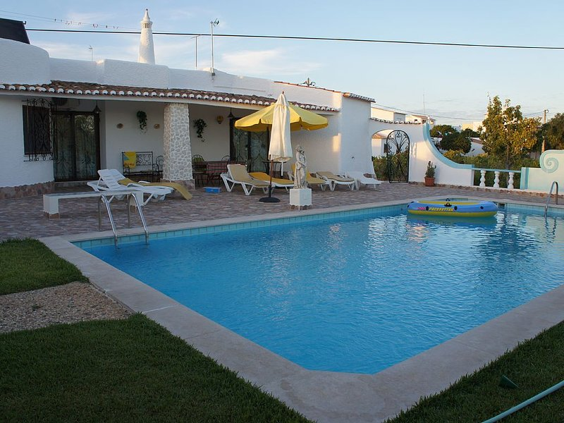 Vivenda para férias no Algarve com piscina privada e perto da praia, aluguéis de temporada em Armação de Pêra
