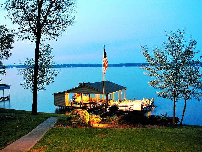 Spectacular 24 Bed - Main Lake Home Dock, holiday rental in Vaughan