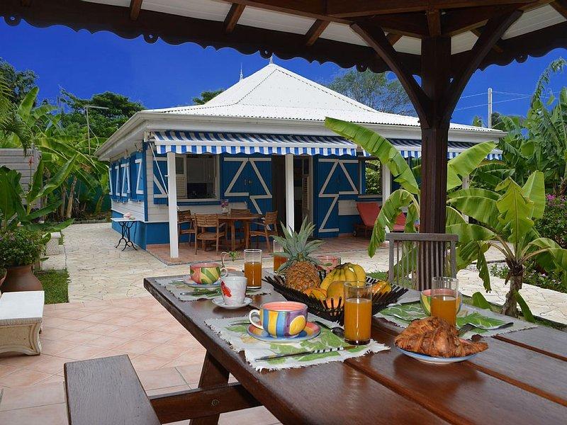 Maison typique et son kiosque, pour les repas en plein air., holiday rental in Arrondissement of Le Marin