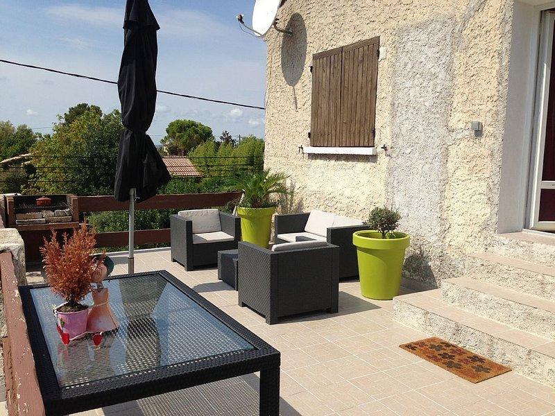 Appartement en haut de villa avec terrasse et terrain pour animaux, 5 personnes, holiday rental in Marignane