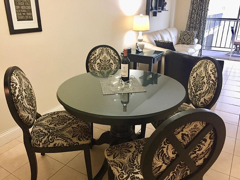 2-bedroom condo 5 minutes walk to the beach in Sunny Isles, FL, location de vacances à Sunny Isles Beach