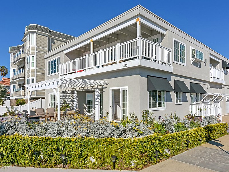 Beachfront! Patio w/ views, 10 min. walk to town, bikes, BBQ, family friendly!, holiday rental in Carlsbad
